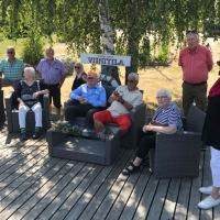 Kiltalaiset Tammiluodon viinitilan rantalaiturilla